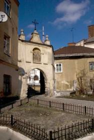 Вул. Вічева, 2. Вхідна брама до монастирського комплексу