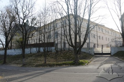 Vul. Bandery, 8. The former monastery building. View from the intersection of vul. Ustyianovycha and vul. Bibliotechna