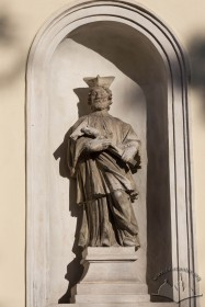 Vul. Vynnychenka, 22. Statue in a niche on the right of the church entrance
