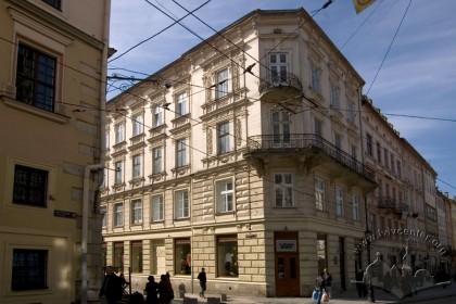 Пл. Ринок, 11. Вигляд наріжної частини будинку з вул. Руської