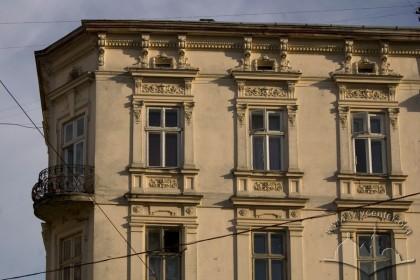 Пл. Ринок, 11. Фрагмент фасаду в рівні ІІІ-IV-го пов.