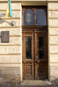 Пл. Ринок,11. Головний портал будинку зі збереженою дверною столяркою періоду історизму