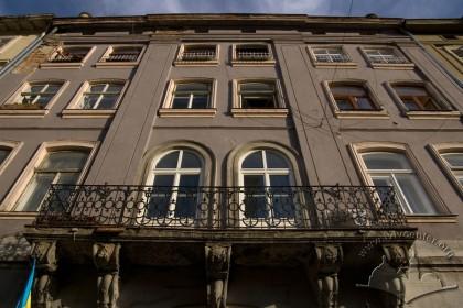 Пл. Ринок, 18. Фасад в рівні ІІ-IV-го поверхів