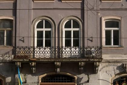 Пл. Ринок, 18. Фрагмент фасаду в рівні ІІ-го пов. з кам'яним балконом