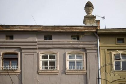 Пл. Ринок, 18. Фрагмент фасаду в рівні IV-го пов.