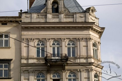Вул. Галицька, 1. Фрагмент головного фасаду в рівні ІІІ-IV-го поверхів і аттика