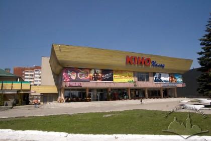 Просп. Червоної Калини, 81. Головний фасад кінотеатру