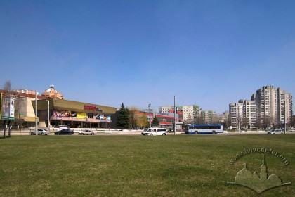 Prosp. Chervonoi Kalyny, 81. The cinema amidst the surrounding buildings, a view from the southwest