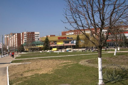 Prosp. Chervonoi Kalyny, 81. The cinema amidst the surrounding buildings, a view from the southeast