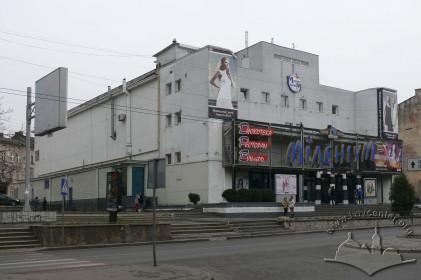 Просп. Чорновола, 2. Загальний вигляд будинку з просп. Чорновола