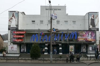 Просп. Чорновола, 2. Головний фасад будинку