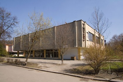 Вул. Самчука, 12. Вигляд кінотеатру з головної алеї парку