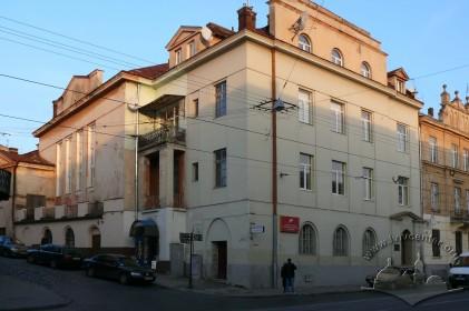 """Вул. Личаківська, 99. Зовнішній вигляд. У будинку повинен був відкритись у 1939 р. кінотеатр """"Патрія"""". Однак через початок Другої світової війни кінотеатр так і не запрацював."""