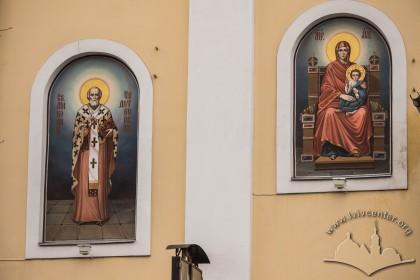 Вул. Грушевського, 2. Образи на фасаді храму зліва від входу