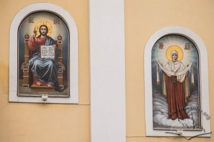 Вул. Грушевського, 2. ОБрази на фасаді храму справа від входу