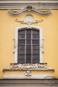 Вул. Грушевського, 2. Центральне вікно на головному фасаді храму