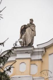 Вул. Грушевського, 2. Білокам'яна фінура святого над вінцевим карнизом каплиці