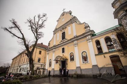 Вул. Грушевського, 2. Головний фасад храму, зліва – колишня монастирська будівля, тепер корпус ЛНУ ім. Франка