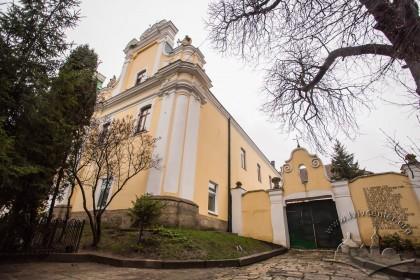 Вул. Грушевського, 2. Барокова каплиця споруджена водночас із церквою, і огородження з брамою в стилі арт деко (1920-ті рр.)