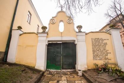 Вул. Грушевського, 2. Огородження з брамою в стилі арт деко (1920-ті рр.)