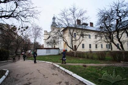 Вул. Тершаковців, 9. Вигляд колишнього костелу з його монастирськими будівлями з південно-східного боку