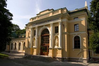 Вул. Самчука, 24. Центральний ризаліт будинку із головним входом