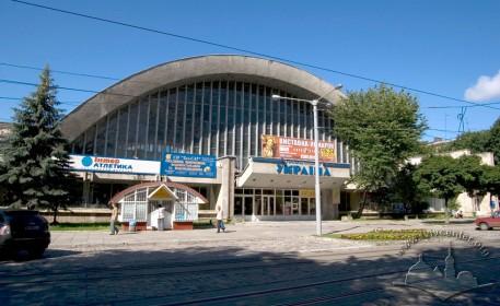 Вул. Мельника, 18. Головний фасад будинку спорткомплексу.