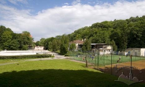"""Вул. Стуса, 4 (територія парку """"Залізна вода""""). Загальний вигляд комплексу."""