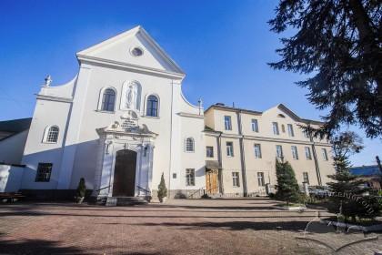 Вул. Короленка, 1. Колишній костел і монастирський корпус (справа)