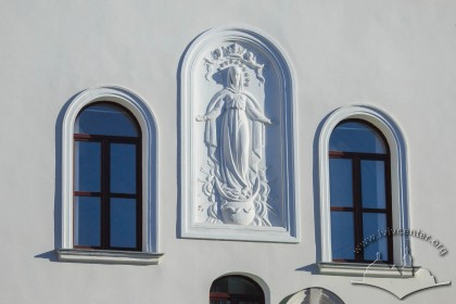 Вул. Короленка, 1. Вікна та барельєфне зображення Богородиці Непорочного Зачаття, додане у 1902 р. на головному фасаді храму