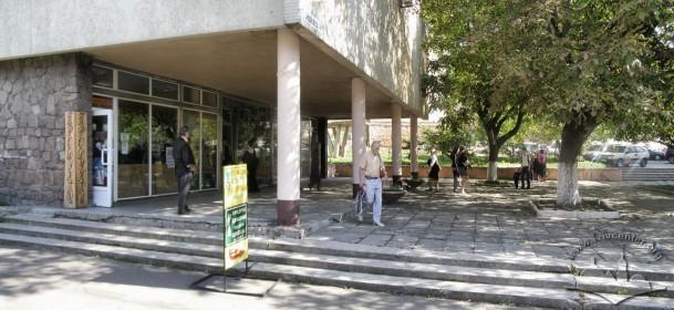 Prosp. Chornovola, 4. The view of main entrance.