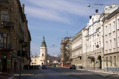 Перспектива вул. Городоцької. Вигляд зі сходу. У центрі фото - церква св. Анни