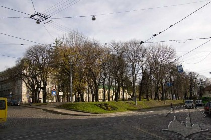 Greenway between Pidvalna and Vynnychenka Streets, established on the ruins of ancient defensive ramparts.  Through the trees, the former offices of the imperial regency.