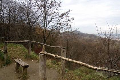 """Парк """"Знесіння"""", оглядовий майданчик. З західного боку на дальньому плані – Замкова гора з телевізійною вежею."""