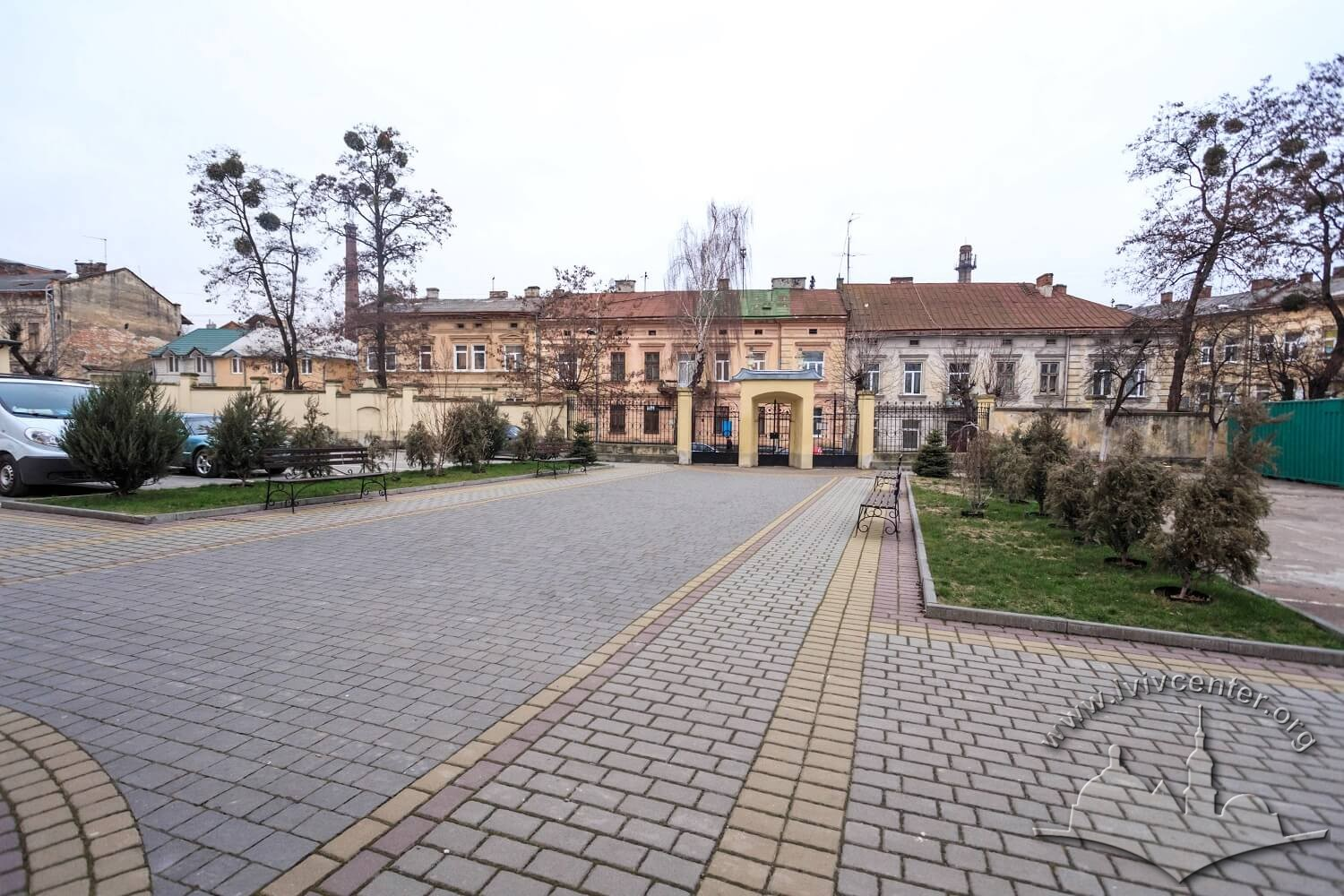 Courtyard in front of the prayer hall, on the background, the housing of vul. Zhovkivska/Photo courtesy of Nazarii Parkhomyk, 2015