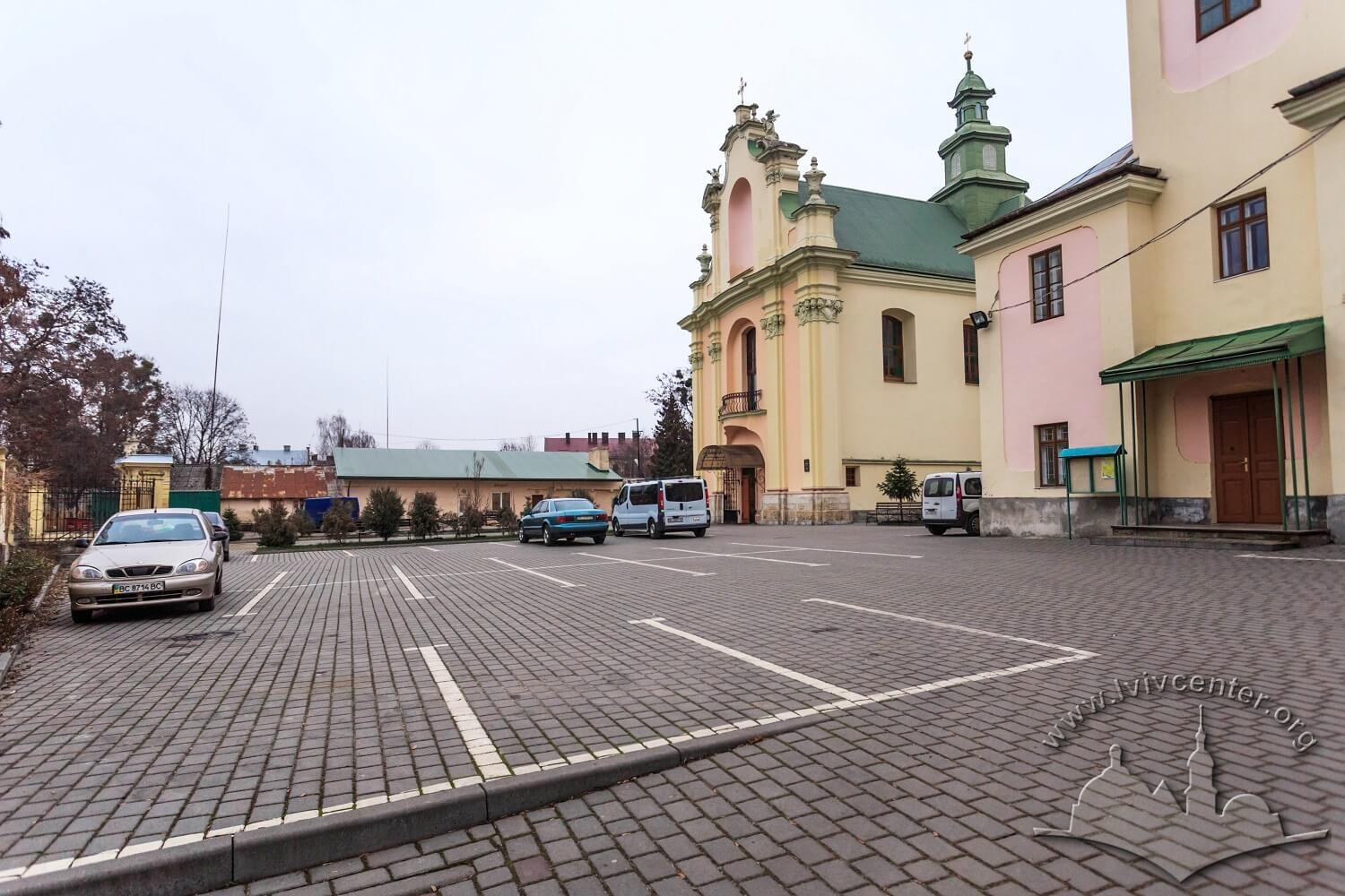 Vul. Zhovkivska, 8. Courtyard with parking lots in front of the prayer hall/Photo courtesy of Nazarii Parkhomyk, 2015