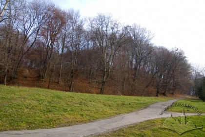 Pohulianka Park:  park path with the Lviv Heights in the distance