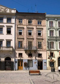 Pl. Rynok, 25. View of the main facade and fragments of the adjoining houses