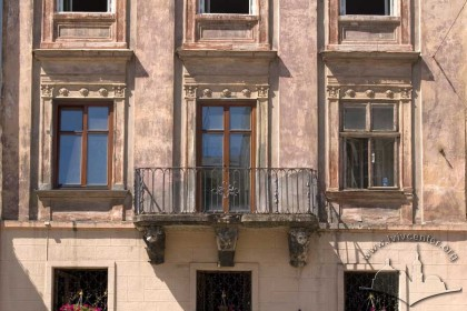 Pl. Rynok, 25. Part of the main facade with a 2nd floor balcony