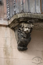 Pl. Rynok, 25. A baroque carved stone corbel supporting the balcony