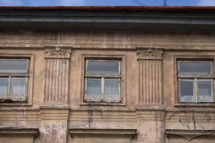 Pl. Rynok, 25. The uppermost part of the main facade
