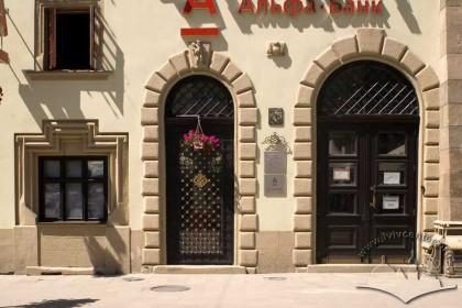 Пл. Ринок, 26. Фрагмент фасаду в рівні I-го поверху