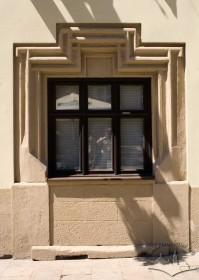Пл. Ринок, 26. Вікно І-го поверху на місці колишнього порталу. Обрамлення прорізу походить ще з епохи Ґотики і має характерну форму та профілювання.
