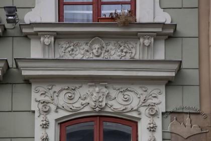 Пл. Ринок, 26. Фрагмент обрамлення вікна ІІІ-го поверху