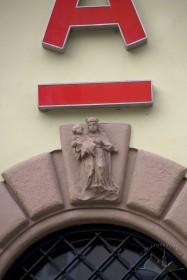 Пл. Ринок, 26. Замковий камінь арки вхідного порталу