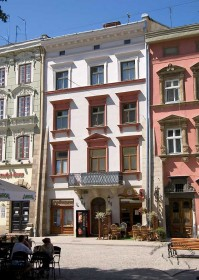 Pl. Rynok, 27. View of the building's main facade and the fragments of the adjoining houses