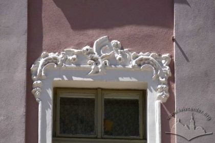 Pl. Rynok, 30. Rocaille ornaments above a 2nd floor window