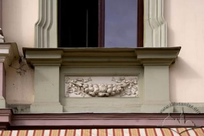 Вул. Краківська, 9. Ліпний п'єдестал під вікном 2-го пов.