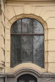 Вул. Матейка, 4. Вікно холу при вході у просторі вежі засклене вітражем