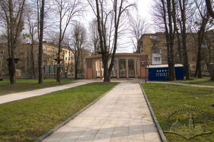 Vul. Horbachevskoho, 24. The main entrance to the complex's territory. The installation of the neoclassicist portico was a part of 1955 reconstruction works.